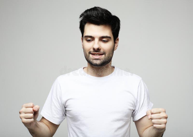 Livsstil, mode och folkbegrepp: stilig man, modemodell som poserar ?ver vit bakgrund arkivfoton