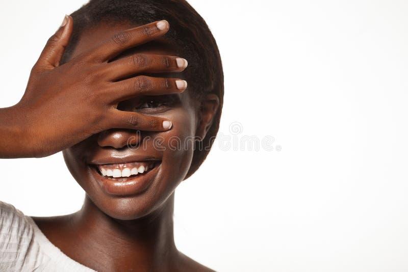 Livsstil och folkbegrepp: den unga afrikanska kvinnan som skrattar med hennes ögon, stängde sig arkivfoto