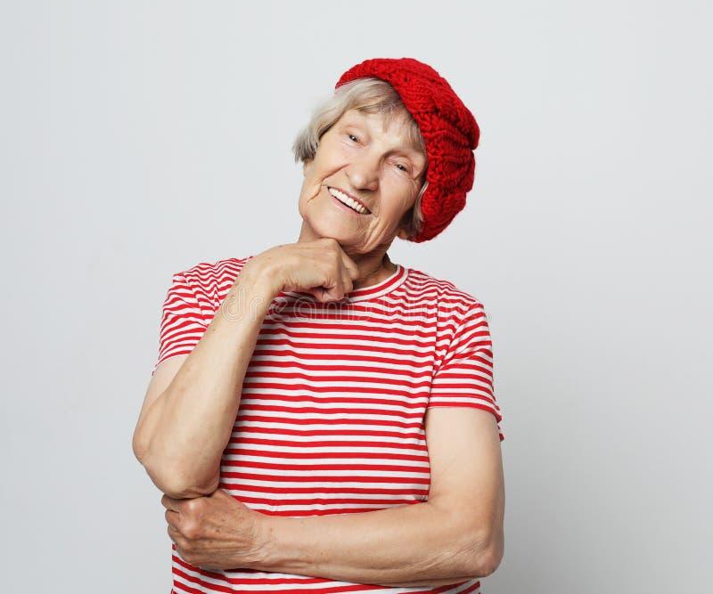 Livsstil och folkbegrepp: rolig farmor som poserar i studio royaltyfria bilder