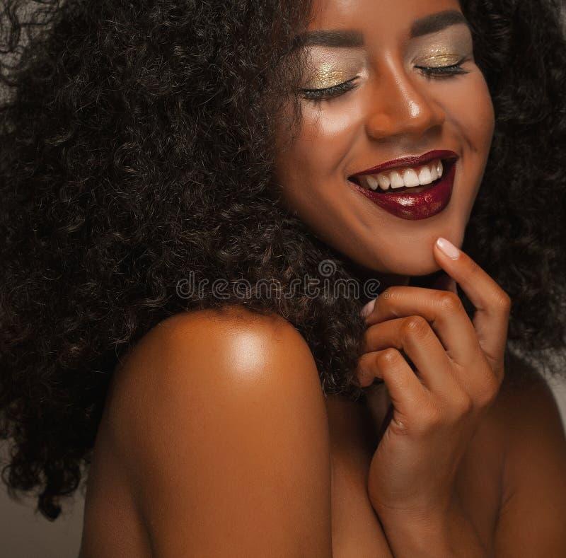 Livsstil och folkbegrepp: Stående av härligt ungt afrikanskt le för kvinna royaltyfri fotografi