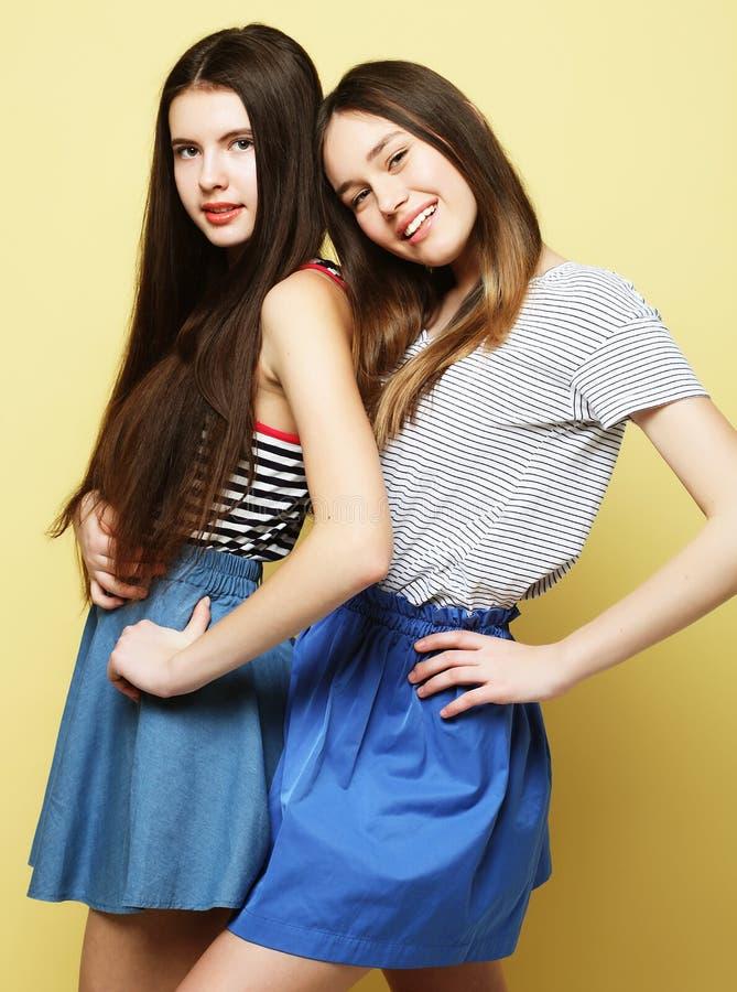 Livsstil och folkbegrepp: Två flickavänner som tillsammans står royaltyfri foto