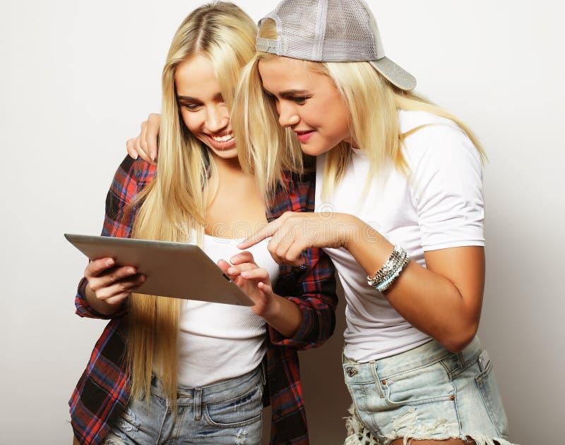 Livsstil och folkbegrepp: två hipsterflickavänner med pik arkivfoto