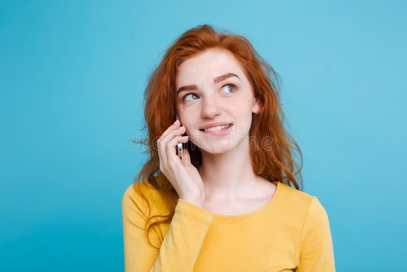 Livsstil- och teknologibegrepp - stående av den gladlynta lyckliga ljust rödbrun röda hårflickan med glat och upphetsande samtal  royaltyfria bilder