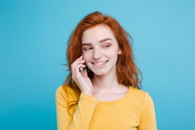 Livsstil- och teknologibegrepp - stående av den gladlynta lyckliga ljust rödbrun röda hårflickan med glat och upphetsande samtal  royaltyfri fotografi