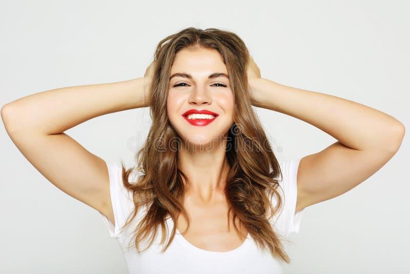 Livsstil, sinnesrörelse och folkbegrepp: Ståenden av den gladlynta nätta unga kvinnan känner sig glad och att skratta arkivbilder