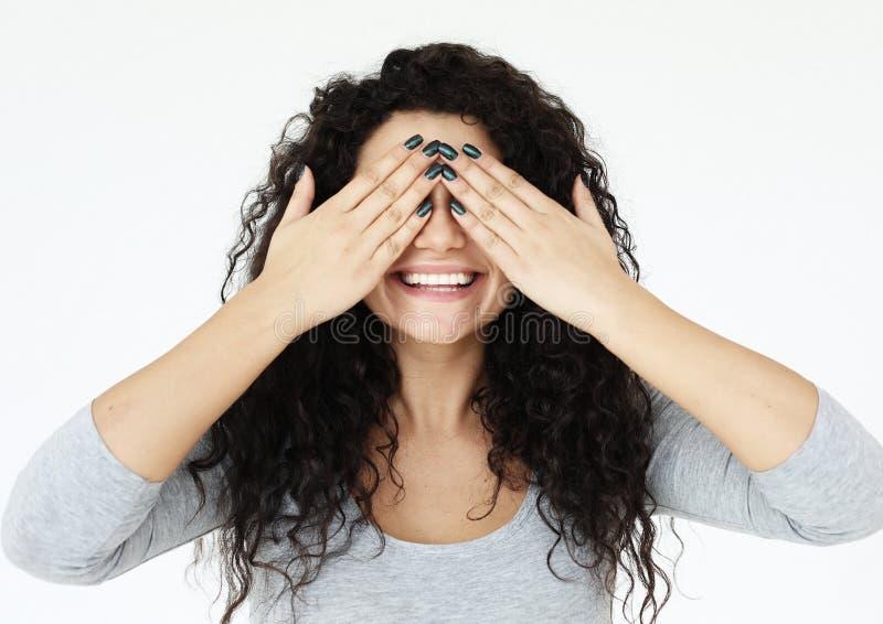 Livsstil, sinnesrörelse och folkbegrepp - ung kvinna som täcker hennes ögon med hennes händer över vit bakgrund royaltyfri bild