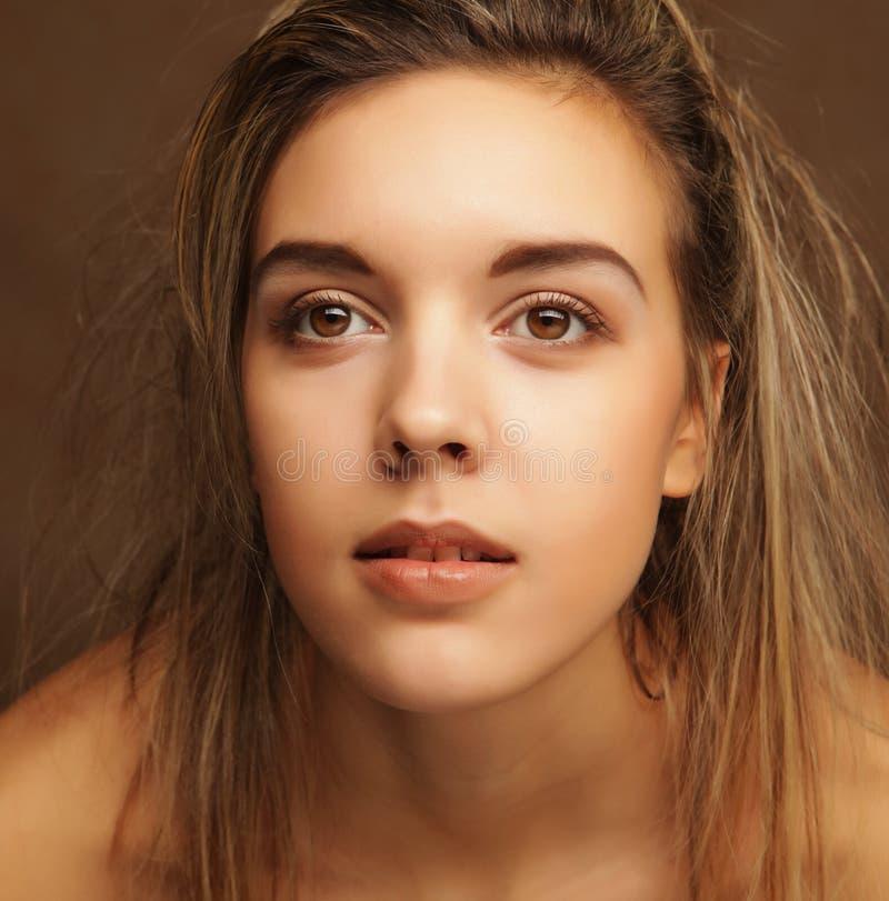Livsstil, sinnesrörelser och folkbegrepp - stående för ` s för ung kvinna, sinnligt blont royaltyfri foto