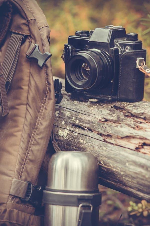 Livsstil som fotvandrar utomhus- campa utrustning arkivbilder