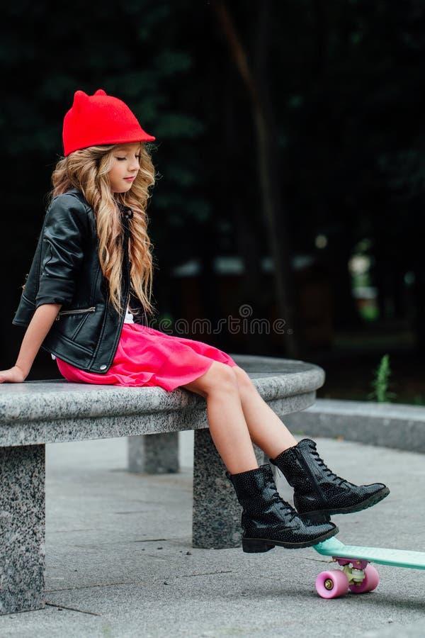 Livsstil, sommar och barndombegrepp - ung kvinna, tonårs- flicka stående av den stilfulla lilla flickan royaltyfria foton