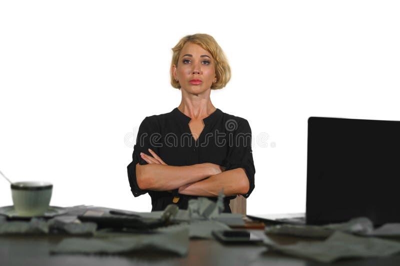 Livsstilen isolerade ståenden av den unga allvarliga och upprivna affärskvinnan som arbetar på ledsen känsla för skrivbordet för  arkivbild