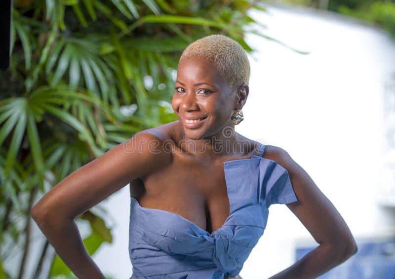 Livsstilstående av den unga attraktiva och glade svarta afro amerikanska kvinnan som ler den lyckliga posera gladlynta hemmastadd arkivbilder