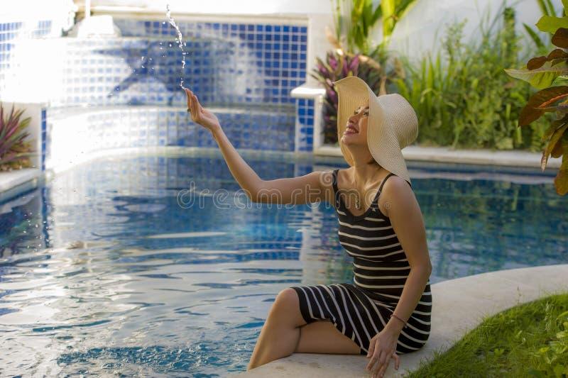 Livsstilstående av den unga lyckliga och härliga turist- kvinnan, i att posera för sommarhatt som är avkopplat, och att le som är royaltyfri foto