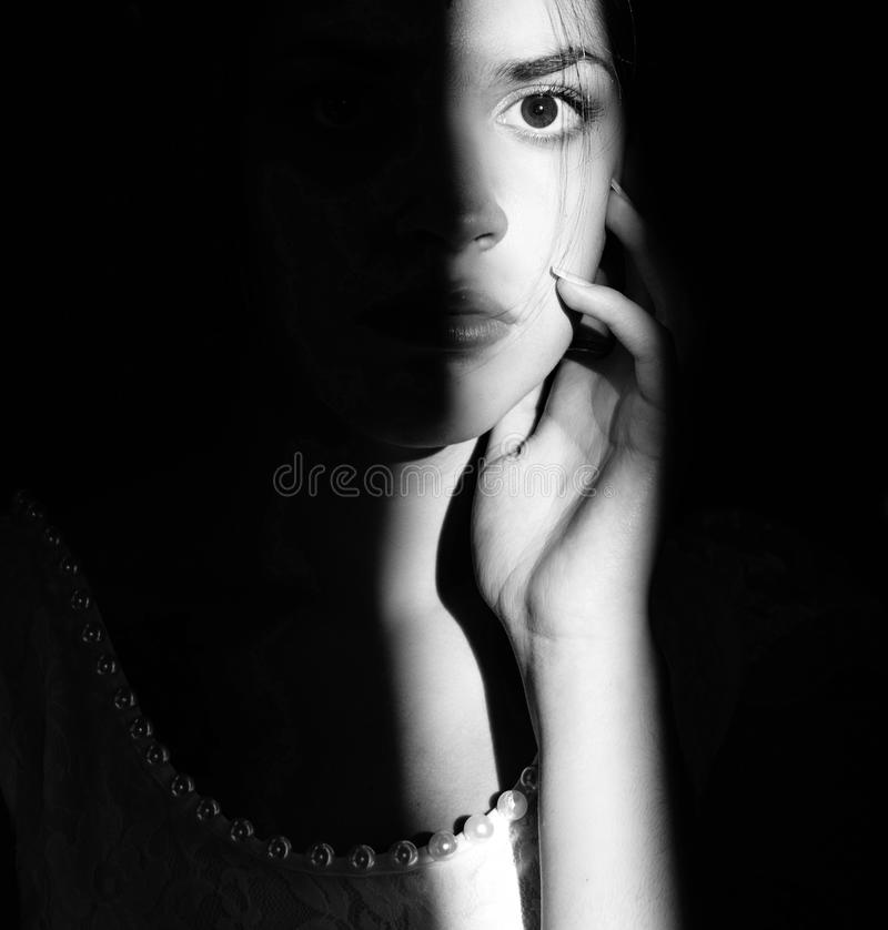 Livsstilstående av en kvinnabrunettcloseup Romantiker försiktig, mystisk eftertänksam bild av en flicka Flickaösterlänningutseend royaltyfri fotografi