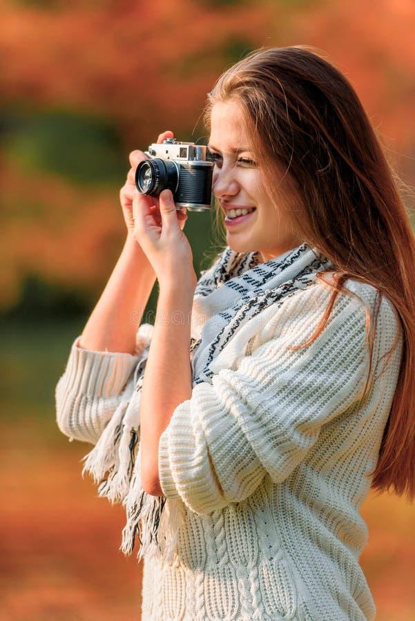 Livsstilstående av vinterflickan med tappningkameran arkivfoton