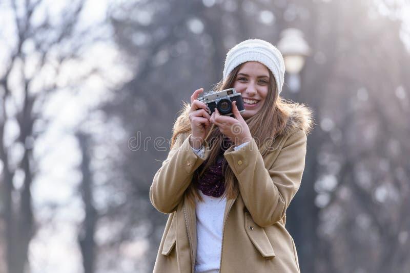 Livsstilstående av vinterflickan med tappningkameran arkivbilder