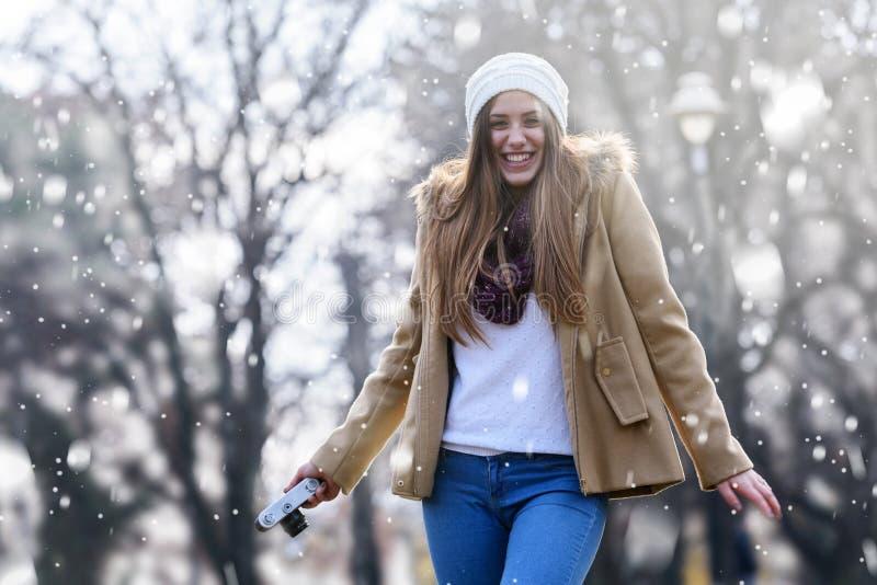 Livsstilstående av vinterflickan med tappningkameran fotografering för bildbyråer