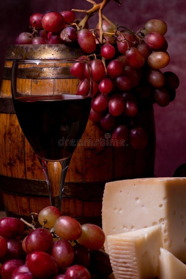 1 livstid fortfarande getost, druvor, valnötter och rött vin arkivfoton