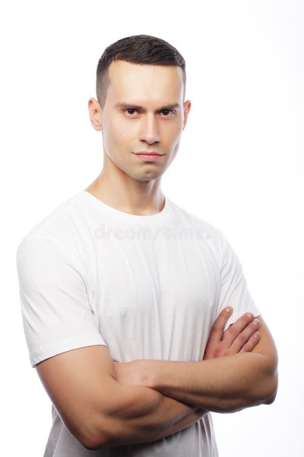 Livstil och folkbegrepp: bärande vit t-shir för stilig man arkivfoton