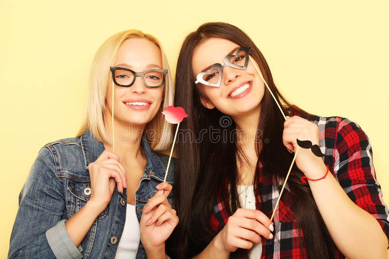 Livstil och folkbegrepp: stilfulla flickor som är klara för parti royaltyfria bilder