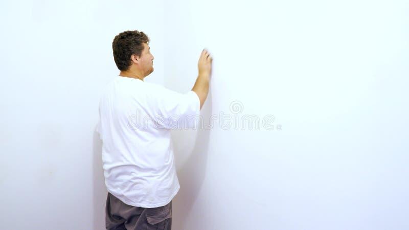 lixando o emplastro da parede entre os painéis do emplastro na parede ilustração do vetor