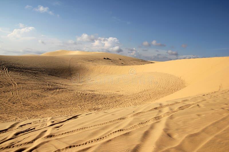 Lixe dunas do ouro no por do sol em Vietname, Mui Ne foto de stock
