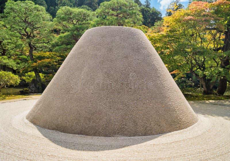 Lixe o jardim no pavilhão da prata de Ginkakuji - um templo do zen ao longo das montanhas orientais do ` s de Kyoto fotos de stock