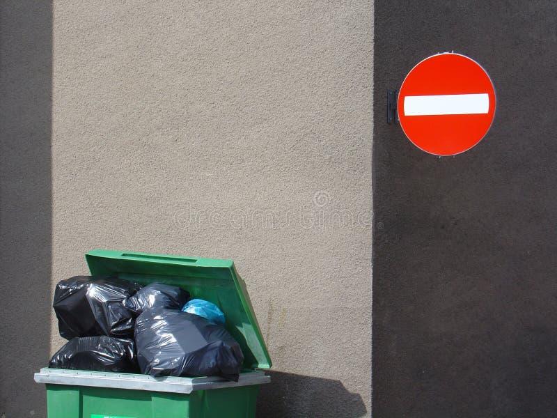 Download Lixo imagem de stock. Imagem de completamente, sinal, verde - 110039
