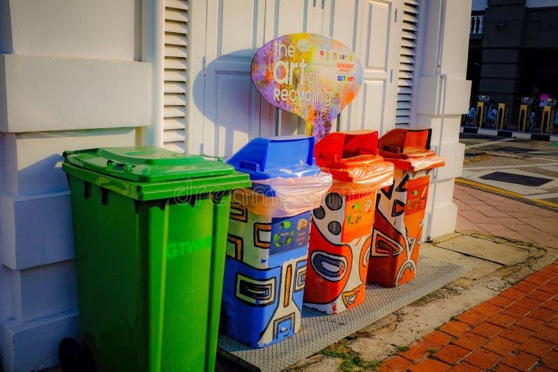 Lixo colorido do lixo para o público imagens de stock