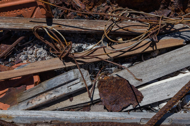 Lixo com metal, madeira, shell na fogueira imagem de stock royalty free