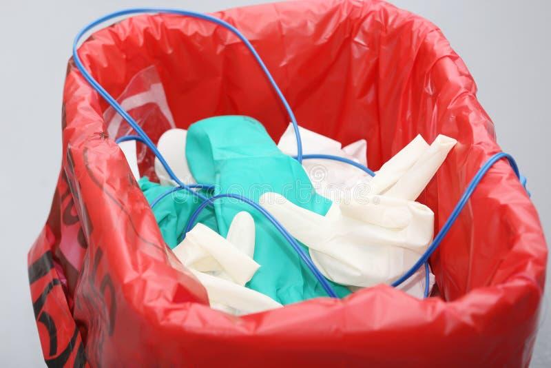 Lixo com objetos descartáveis da cirurgia fotografia de stock