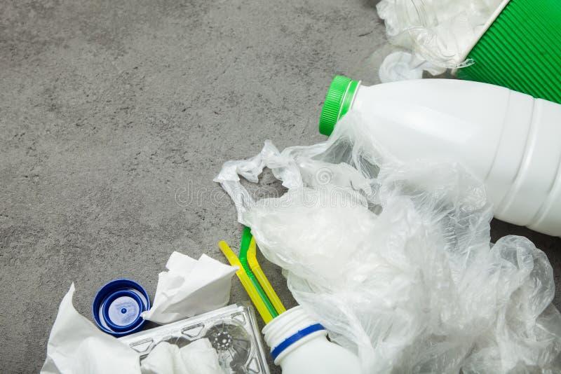 Lixo, conceito Copie o espa?o Fundo cinzento imagens de stock royalty free