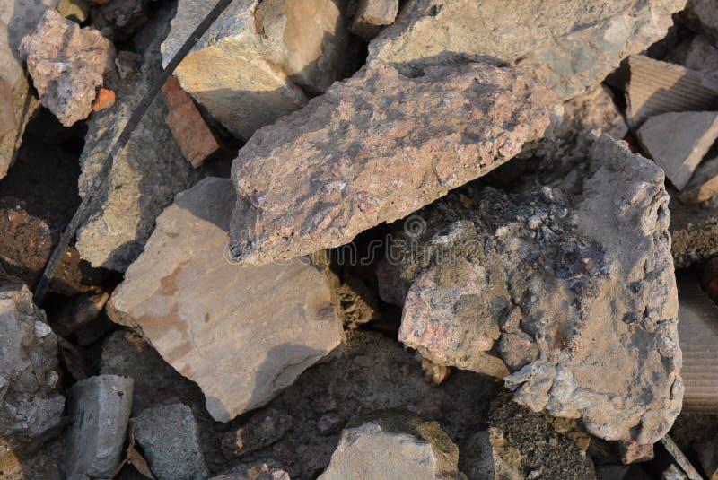 Lixo da construção, várias pedras da construção, tijolos quebrados, fundação quebrada e materiais de construção CCB brilhante e e imagens de stock royalty free