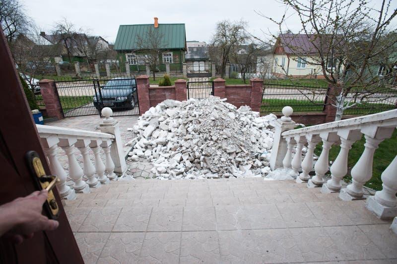 Lixo da constru??o ap?s o reparo do apartamento Pilha do desperd?cio da constru??o perto de uma constru??o residencial multistore fotografia de stock royalty free