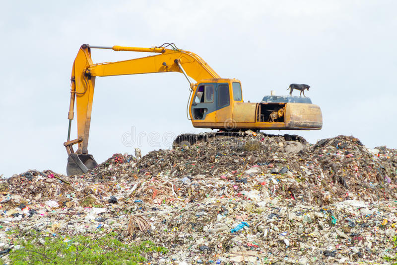 Lixo de escavação do guindaste foto de stock royalty free