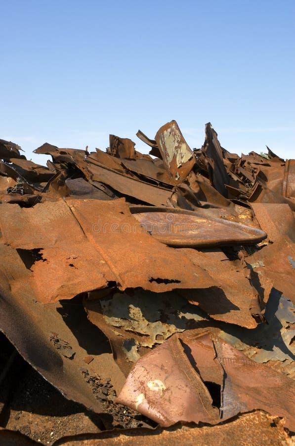 Lixo do ferro e céu azul foto de stock