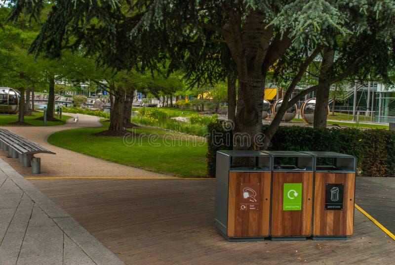 Lixo do tanque da separação para reciclar o tipo pela cor para a conveniência da classificação E armazenamento Entregado ao proce fotos de stock royalty free