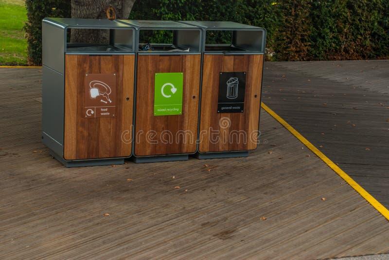 Lixo do tanque da separação para reciclar o tipo pela cor para a conveniência da classificação E armazenamento Entregado ao proce imagem de stock royalty free