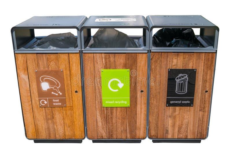 Lixo do tanque da separação para reciclar o tipo pela cor para a conveniência da classificação isolada no fundo branco fotos de stock royalty free