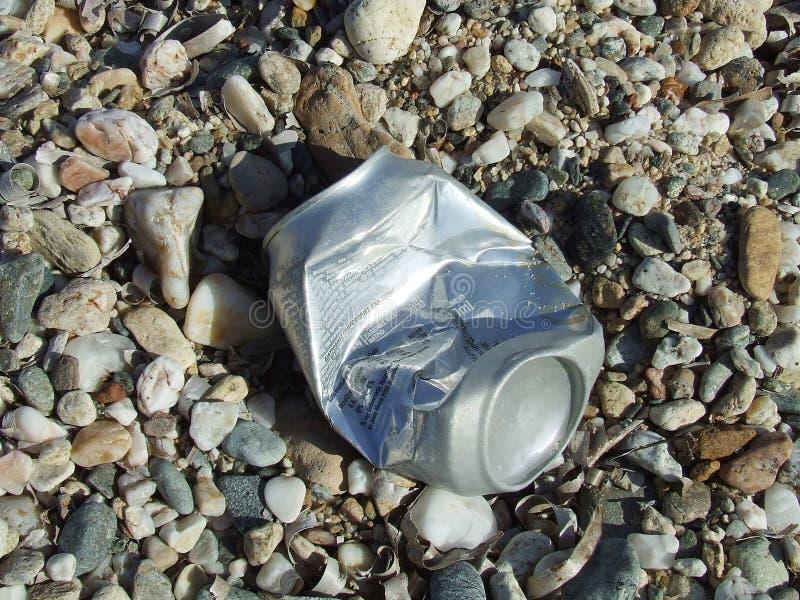 Lixo em uma praia fotografia de stock royalty free