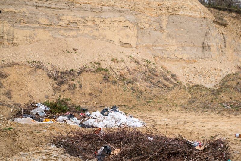Lixo jogado na natureza foto de stock royalty free