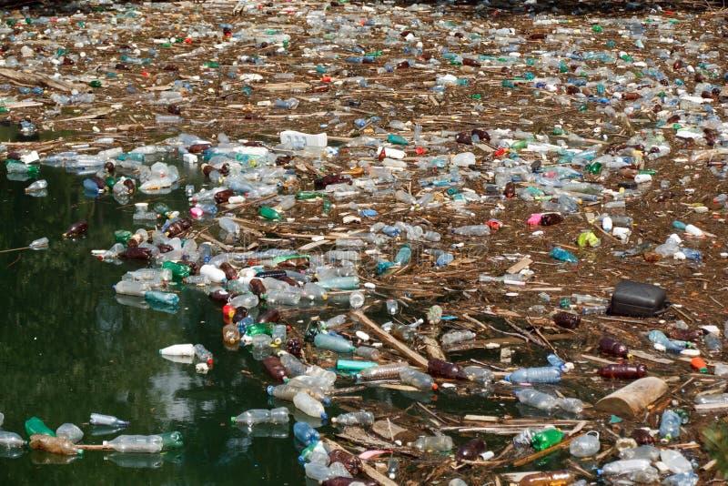 Lixo na água fotos de stock