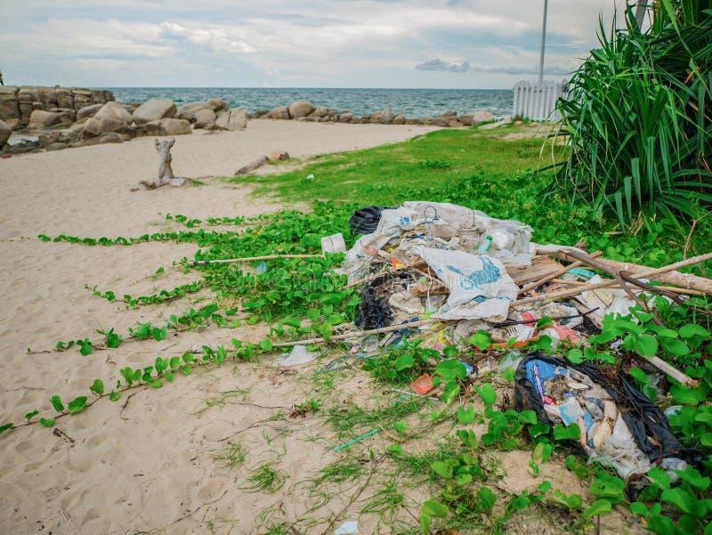 Lixo na praia, poluição do ambiente na cidade Tailândia de Rayong da época alta do curso foto de stock royalty free