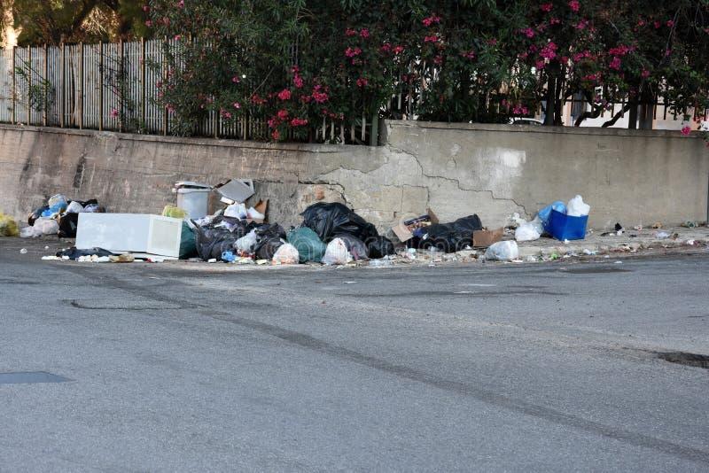Lixo nas ruas de Itália imagem de stock