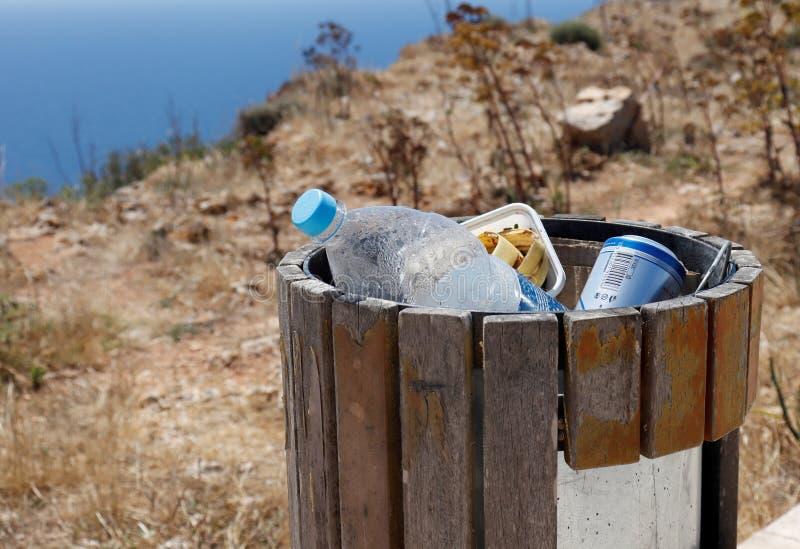 Lixo ou cesta de lixo completa com garrafa do animal de estimação, lata de cerveja e poluição mostrando visibile do desperdício o fotos de stock