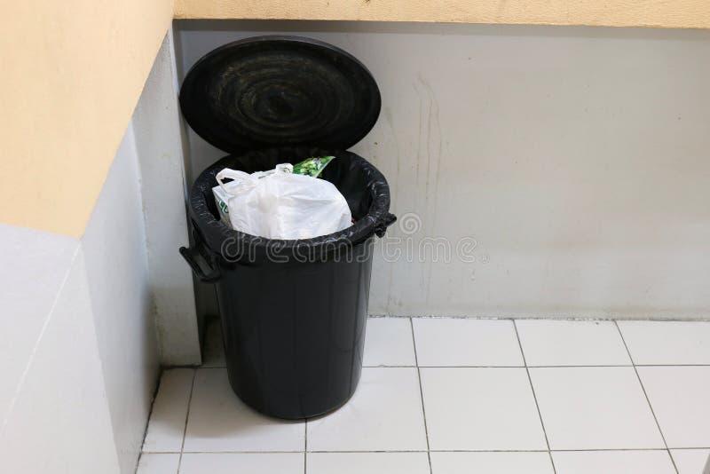 Lixo ou lixo do escaninho no lado da escadaria dos passeios no apartamento imagem de stock royalty free