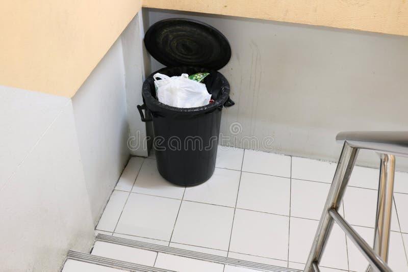 Lixo ou lixo do escaninho no lado da escadaria dos passeios no apartamento imagens de stock royalty free