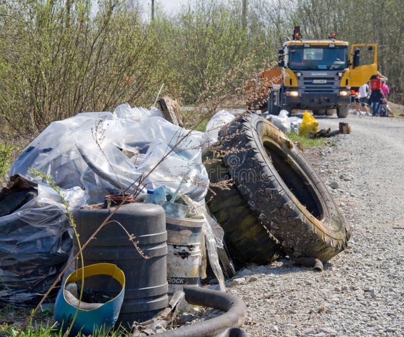 Lixo pela estrada fotografia de stock
