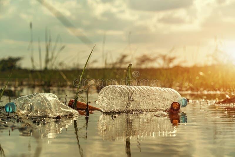 lixo plástico da garrafa no rio imagens de stock