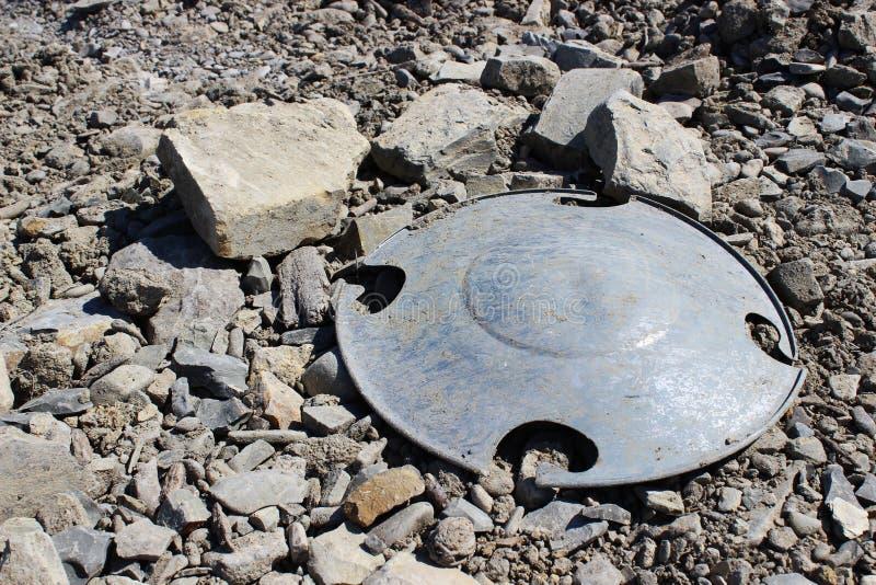 Lixo plástico da tampa na natureza rochosa Polui??o do ambiente imagens de stock