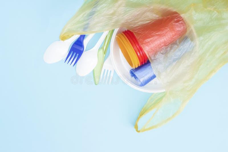 Lixo pl?stico Desperdício zero, poluição ambiental Salvar o planeta, o conceito da reciclagem e da ecologia Uma foto de cima de imagem de stock royalty free